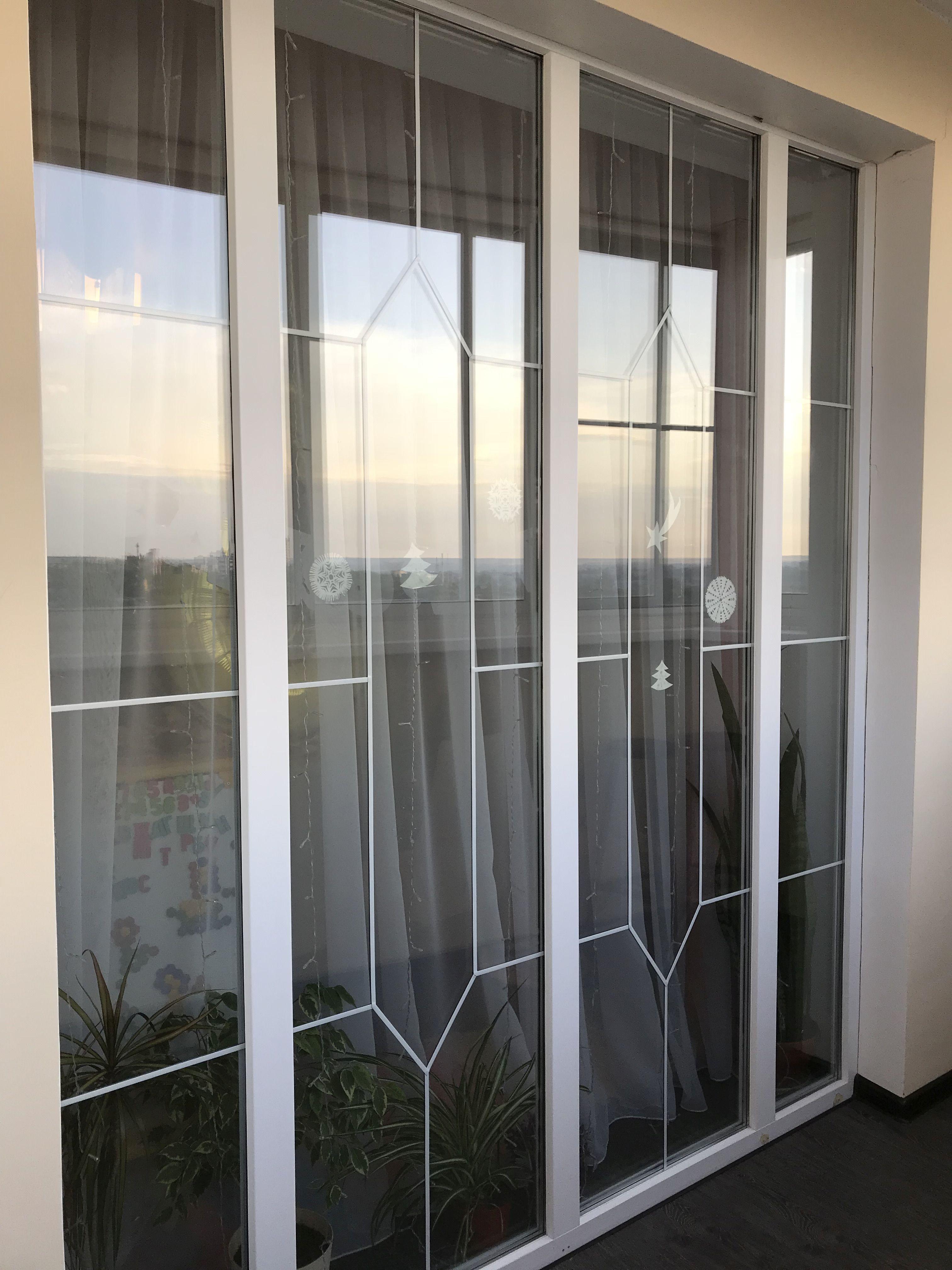 Окно с витражной лентой