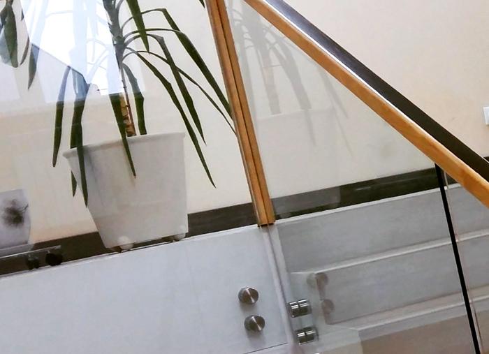 Стеклянное ограждение лестницы. Офисное здание.